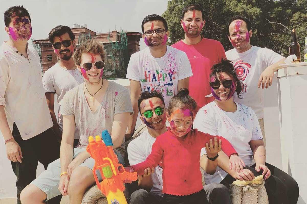 Kollegen feiern gemeinsam das Holi Festival in Nepal